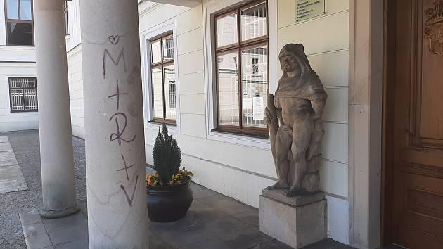 Neznámí vandalové počmárali sloup pod balkonem před zámkem Fryštát v Karviné. Hledá je policie.