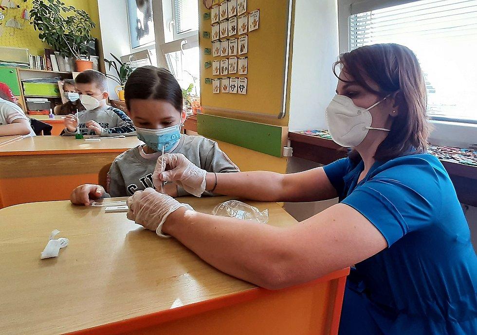 Žáci prvních tříd se vrátili do škol a museli absolvovat antigenní testy. Ty si prováděli sami na asistence učitelky tak jako například v 1. A na ZŠ Dělnická v Karviné.