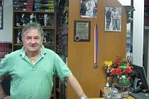 Jan Klich ve svém obchodě. Na stěně mu visí ocenění polského hokejového svazu za rozvoj polského hokeje.