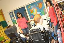 Nové speciální cvičící stroje ještě více zlepšují možnosti každodenních cvičení a rehabilitací pro klienty karvinského stacionáře Eunika.