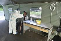 Testování fotbalistů Karviné odběrovém místě v areálu nemocnice v Karviné-Ráji.