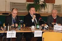 Báňští záchranáři chtějí už tento týden vyrazit na průzkum míst v Dole ČSM, kde v prosinci 2018 vybuchl metan a místo zachvátil požár. Na snímku s mikrofonem mluvčí OKD Ivo Čelechovský.