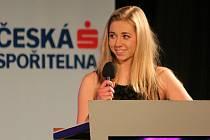 Marie Makovcová odpovídá na dotazy moderátora během slavnostního večera vyhlašování nejúspěšnějších sportovců.