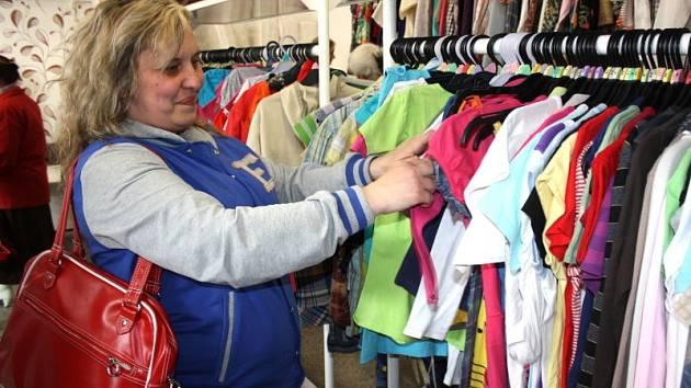 Už druhý karvinský charitativní obchod otevřela v pondělí havířovská organizace Adra. Obchůdek se nachází na Náměstí Budovatelů přímo v lokalitě, kde žije i spousty sociálně potřebných lidí.