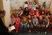 Policejní preventista Jaroslav Kus četl dětem z knihy Policejních pohádek.