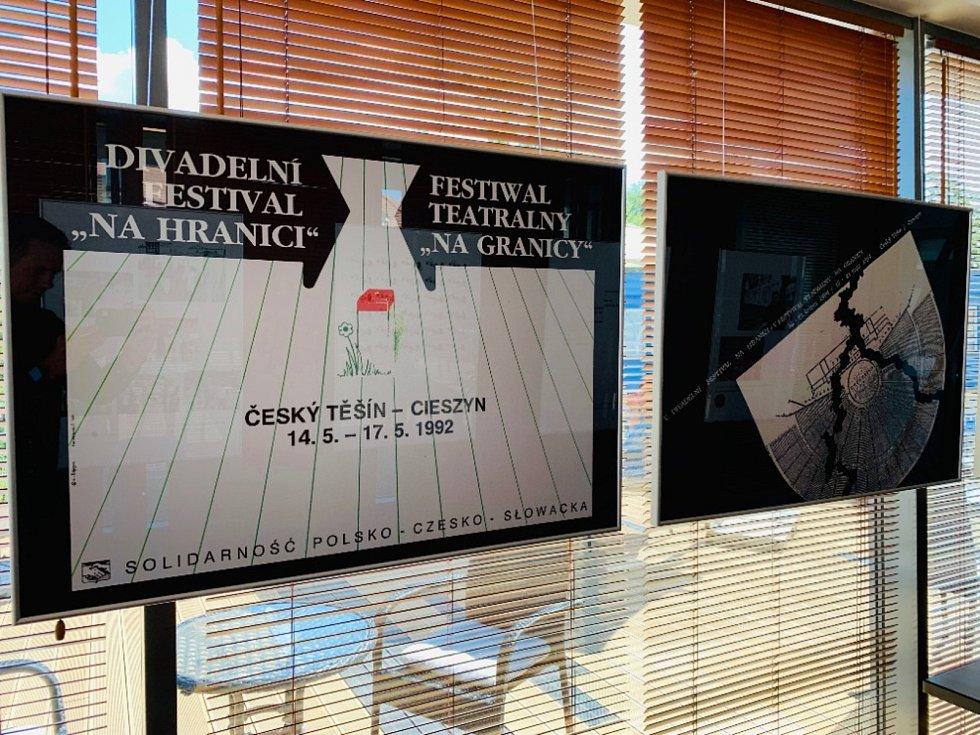 Třicetiletou historii divadelního festivalu Bez hranic připomínají dvě výstavy v kavárně Avion a Tramvaj v polském Těšíně.
