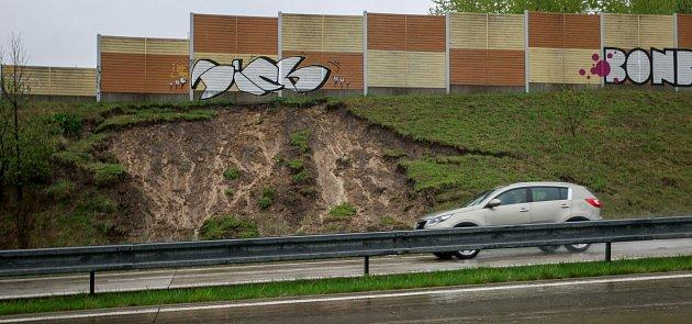 Sesuv půdy vlivem vytrvalých dešťů událnice D48 směrem na Český Těšín.