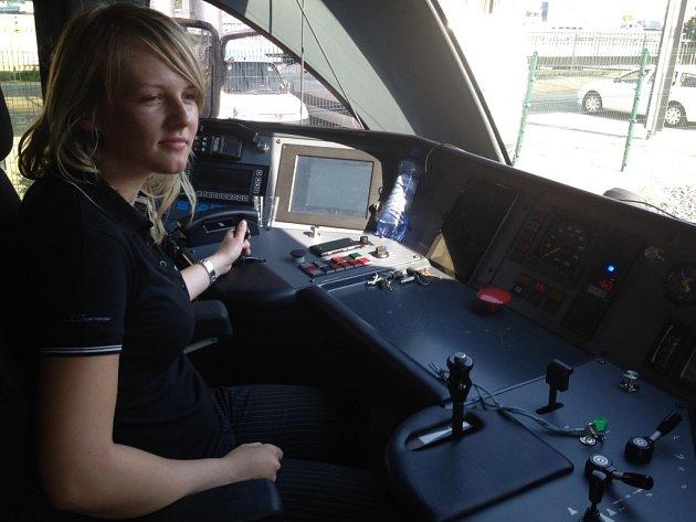 Helena Záleská v kabině vlaku