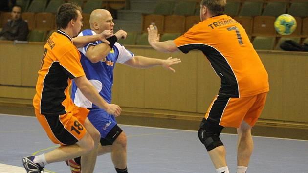 Pavel Kubík (v modrém) se stal nejlepším střelcem posledního zápasu sezony házenkářů MHK Karviná.
