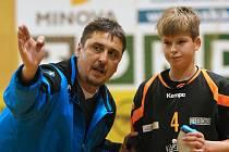 Trenér Radomír Bartoň udílí pokyny.