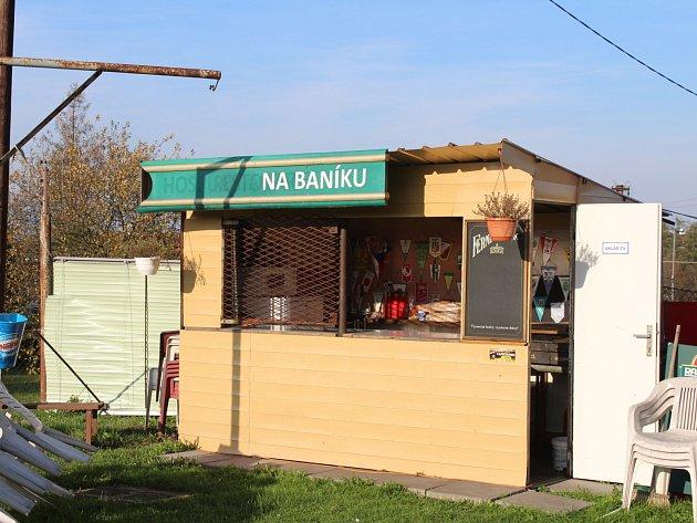 Areál klubu. Zde se prodává občerstvení.