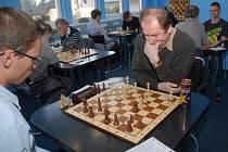 Jaroslav Sobek (vpravo) je oporou šachového družstva ŠK Karviná.