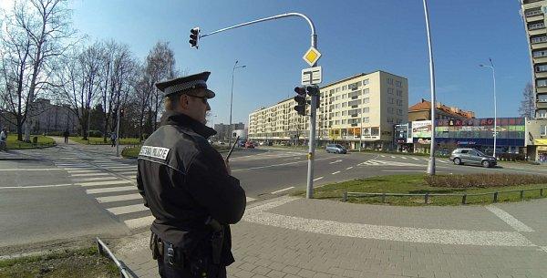 Strážník při kontrole světelné křižovatky Národní a Dlouhé třídy vcentru Havířova.