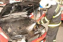 Zásah hasičů u požáru automobilu.