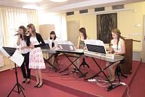 O hezký kulturní zážitek se na vernisáži postarali žáci Základní umělecké školy Leoše Janáčka, dále zpívala Natálie Křešová a Karolína Levková.
