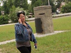Žena prochází kolem nově instalované válečné pozorovatelny, kterou se podařilo zachránit.