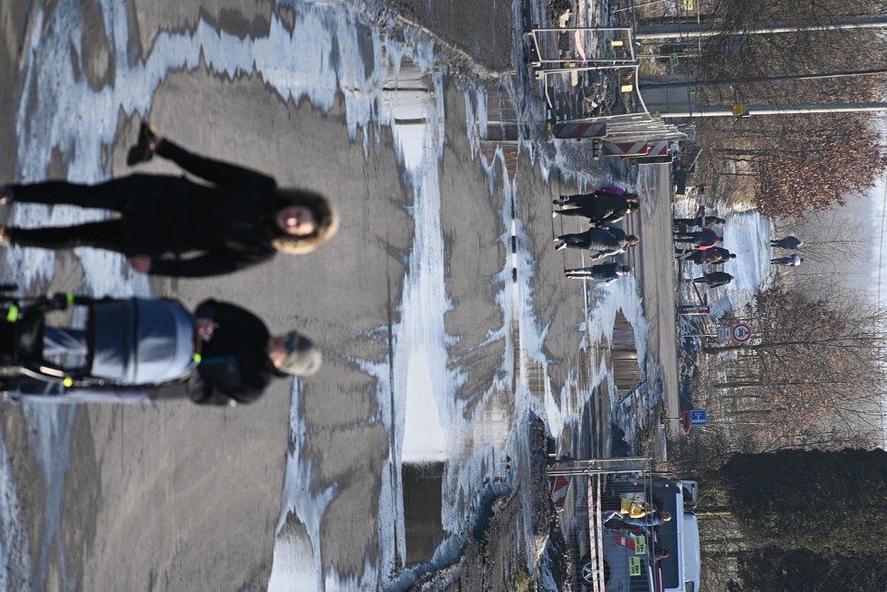 Lidé vyrazili ve slunečnou neděli na procházku.