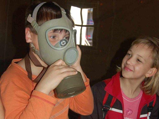 Včerejší Den požární bezpečnosti využili školáci k návštěvě požárních zbrojnic. Stejně jako žáci Základní školy Školská v Karviné (na snímku).