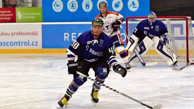Havířovští hokejisté (v modrém) odstartovali novou sezonu vítězně. Otočili výsledek s Litoměřicemi.