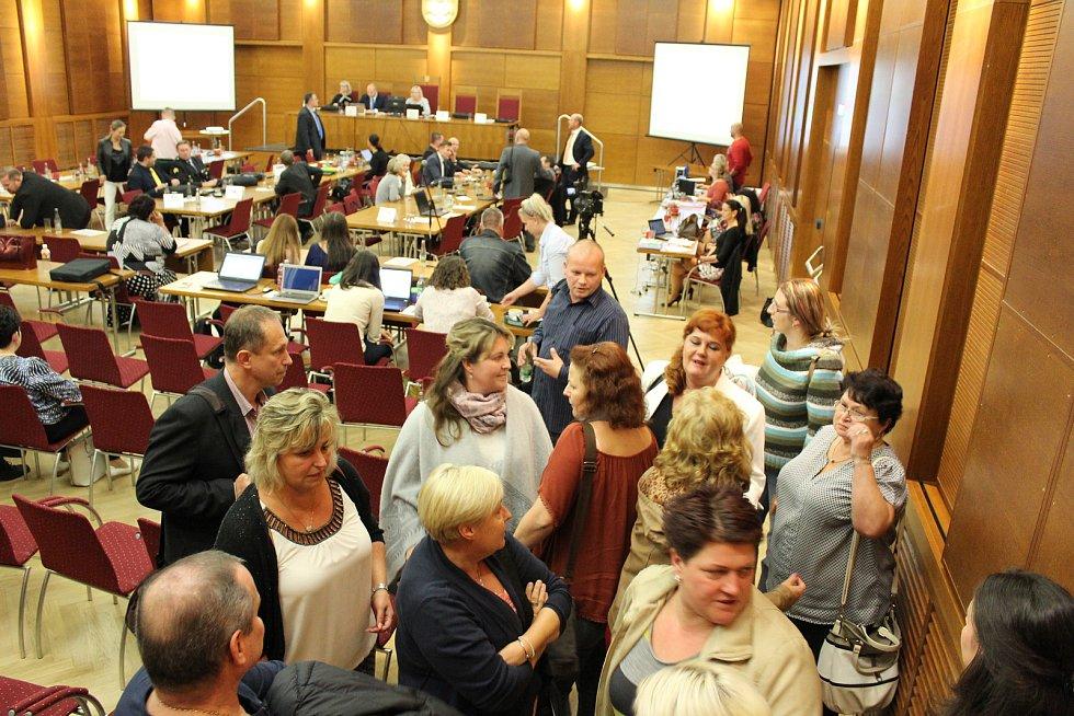 V popředí jsou zaměstnanci Santé, které pobouřil obsah dopisu, který před zastupiteli a veřejností přečetl náměstek primátorky Josef Bělica, aniž by sdělil, kdo je autorem.