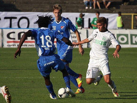 Richard Vaněk (v bílém) bojuje proti dvojici ostravských protihráčů Jánu Gregušovi a Ebusi Onuchukwuovi.