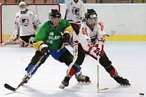 In line hokejisté (v bílém) se hned na úvod dočkali samostatných nájezdů.