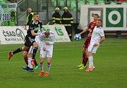 Karvinští fotbalisté (v bílém) se výhrou nad Duklou naladili na baráž.