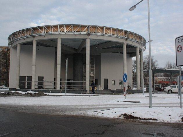 Rotunda autobusového nádraží těsně před dokončením.