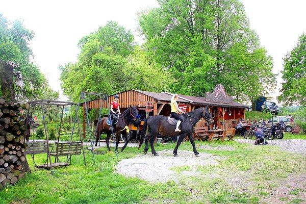 Součástí jízdárny je iwesternový Saloon, který je téměř celý vybudovaný ze dřeva. Ostatně právě westernové vystoupení zde patří mezi nejoblíbenější akce.