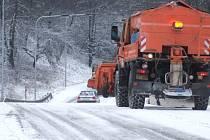 Havířovští silničáři se v zimě soustředí na místa, kde se pravidelně vytváří ledovka. Patří mezi ně i ulice U Skleníků.