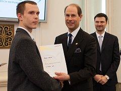 Slavnostní předávání Ceny vévody z Edinburghu. Milan Varga přebírá cenu od prince Edwarda, bratra britského prince Charlese.