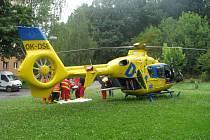 Posádce pozemní záchranné služby přispěchali na pomoc při záchraně života starší ženy zraněné po pádu z okna i jejich letečtí kolegové.