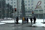 Chodci na přechodu v centru Havířova.