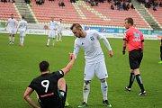 Karvinští fotbalisté (v bílém) prohráli po bezkrevném výkonu v Příbrami.