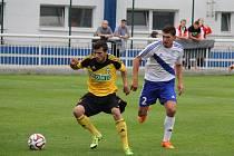 Matej Sivrič (vlevo) odehrál zvláštní derby. Dal gól a byl vyloučen.