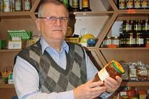 Václav Sciskala se chovu včel a výrobě medu věnuje 40 let. Foto: Martina Sznapková