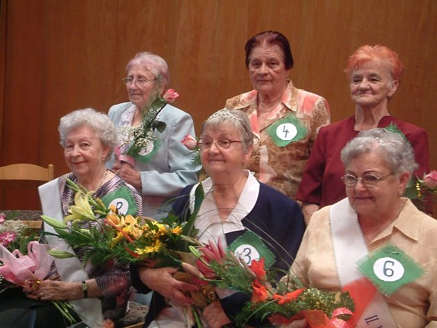 Miss a vicemiss seniorka. Dámy v popředí zleva: Anna Vitásková, Růžena Cimalová, Emílie Molinková.