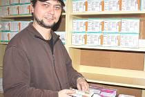 Pracovník K-centra Martin Duda s čistými jehlami.