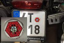 Registrační značka motocyklu s nálepkou o STK. Ilustrační snímek.