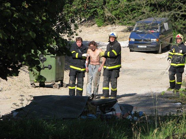 Záchranná akce u muže zraněného spadlým trámem.