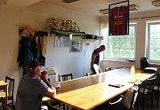 Miroslav Rozbroj (vlevo) sedí v klubovně, která je zároveň kuchyní. Nad stolem visí plzeňský dres Pavla Horvátha.