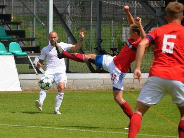 Karviná (v bílém Peter Štěpanovský) prohrála v další přípravě se Zabrze.