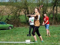 Hana Gabzdylová při hodu míčkem.