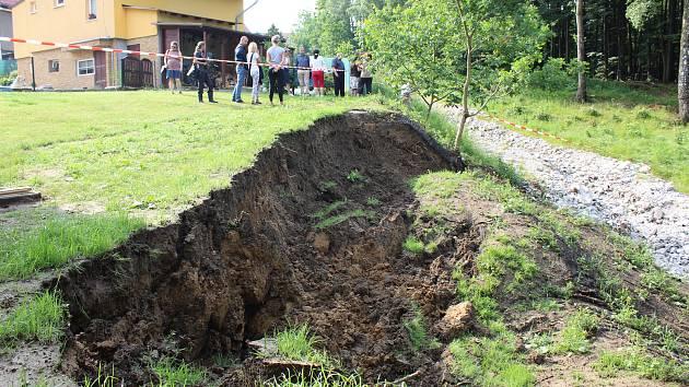 Velké množství vody z přívalového deště podemlelo svah v blízkosti rodinných domů v havířovské Svažné ulici.