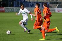 Karvinští fotbalisté (v bílém) zvládli dohrávku s Frýdkem-Místkem a vrátili se na postupové pozice.