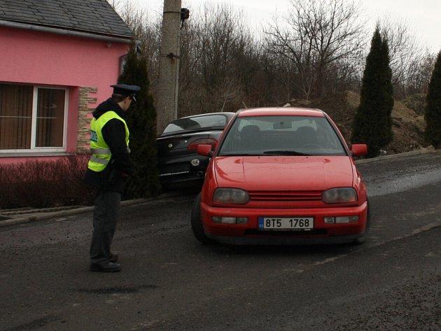 Zraněním hlavy řidiče černého sportovního vozu skončila snaha vyprostit auto z příkopu.