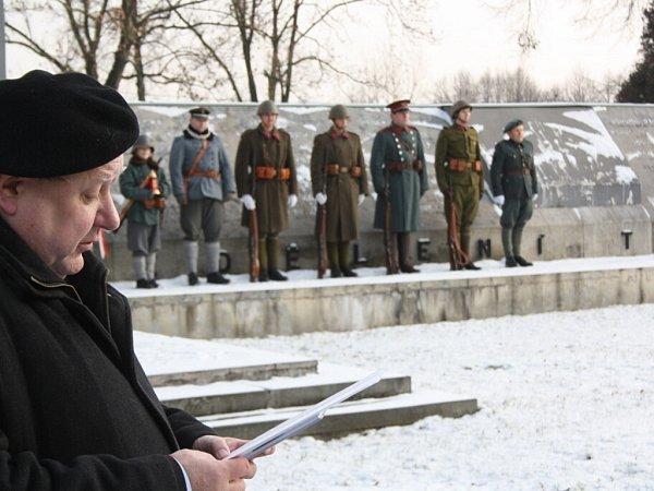 Pietní akt upamátníku vOrlové za oběti válečného konfliktu vroce 1919.