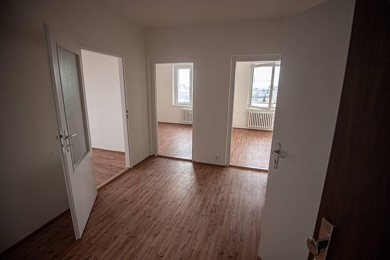 Bohumín dokončil hlavní opravy panelového domu, který loni v létě poničil požár, při němž zemřelo 11 lidí, 26. ledna 2021. Dělníci opravili ohořelou fasádu a poškozené byty. Jeden z opravených bytů.