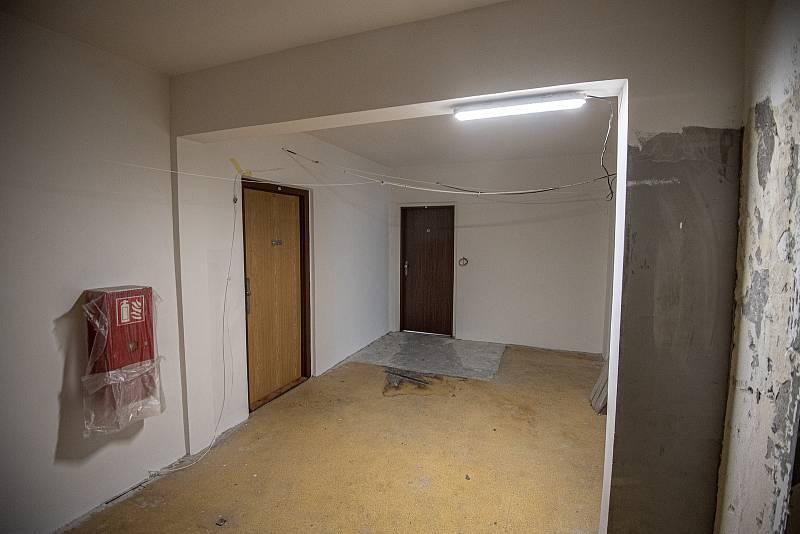 Bohumín dokončil hlavní opravy panelového domu, který loni v létě poničil požár, při němž zemřelo 11 lidí, 26. ledna 2021. Dělníci opravili ohořelou fasádu a poškozené byty.