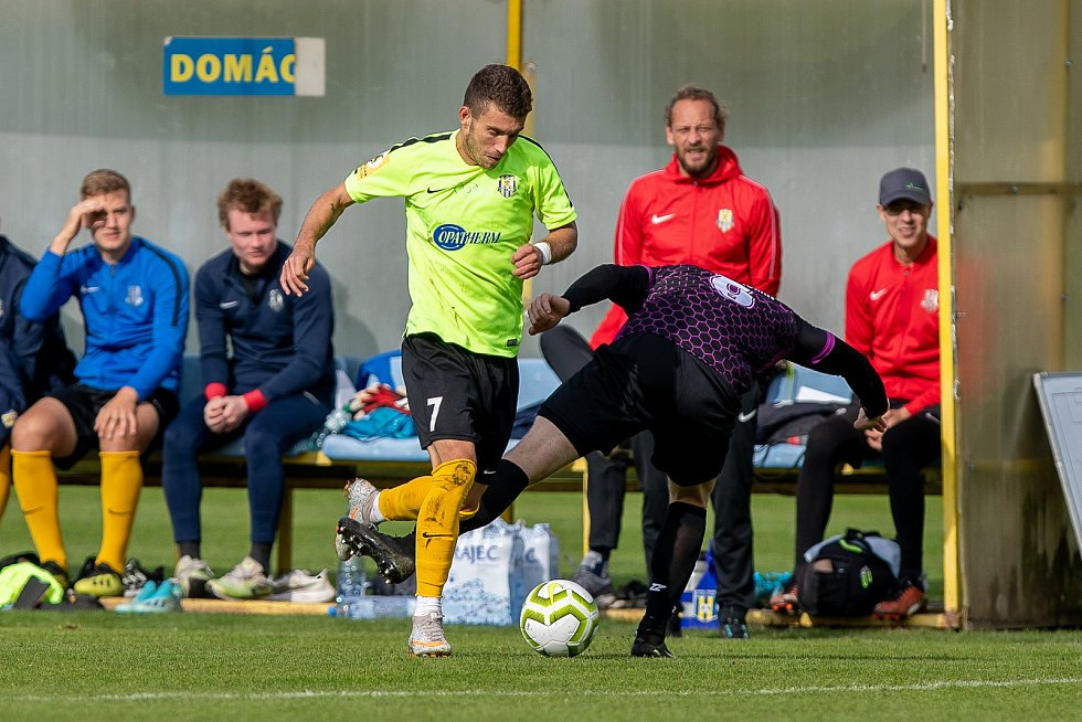 Bohumínští fotbalisté (v tmavém) prohráli v Opavě B 1:5.